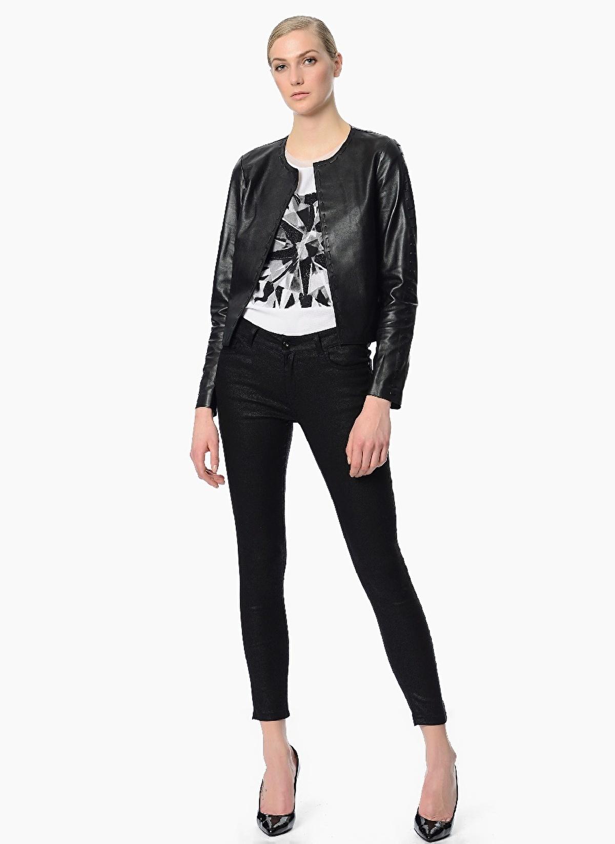 Kadın ceketleri, erkek ceketleri kadar temel parça sayılmasa da pek çok kadın hafif bir deri ceketin rahatlığı ve şıklığından vazgeçemez. Kış aylarında etek-ceket ve pantolon-ceket takımlarda sıkça kullanılan yünlü kumaşlar, yaz aylarında yerini farklı malzemelere bırakır.